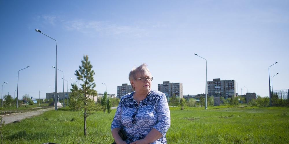 Работа: Женщина сидит на лавочке в парке