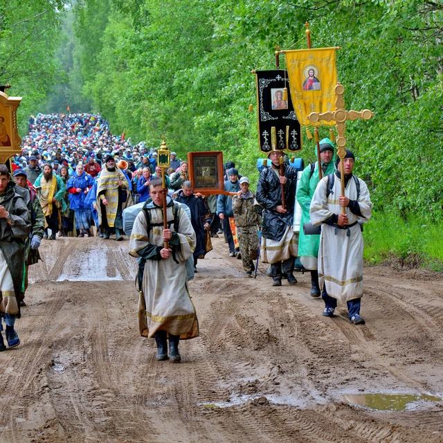 Работа : Крестный ход в пути под иконой Николая Чудотворца