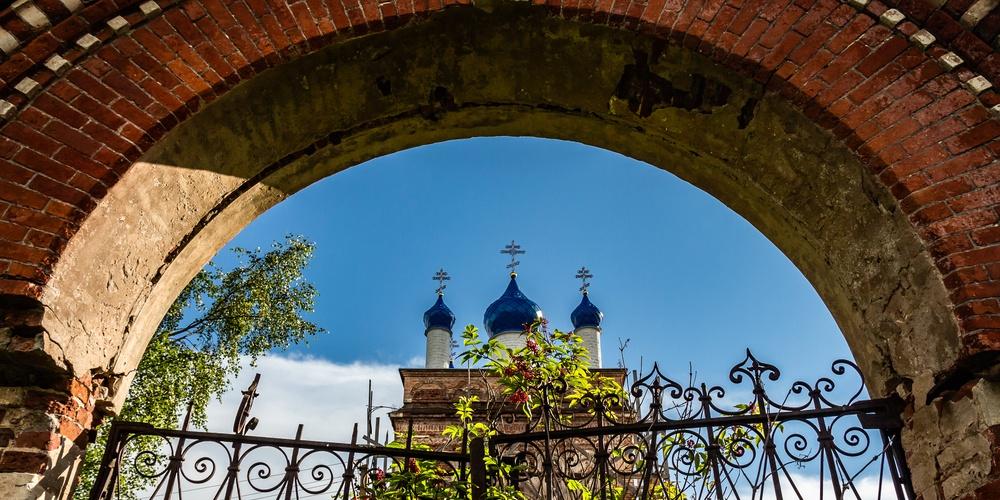 Работа: Сквозь старинные ворота.