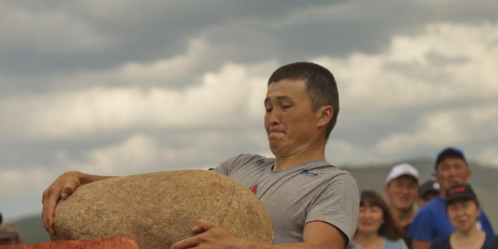 Работа: Поднятие камня, один из видов спорта, представленным во время национального праздника Эл Ойын.