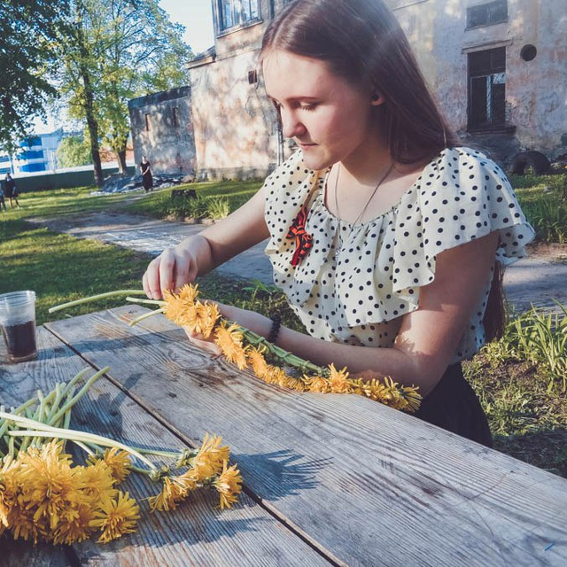 Работа : Девушка плетет венок