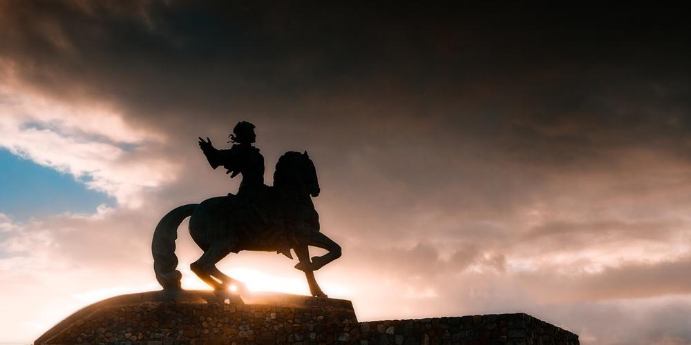 Работа: Памятник императрице Елизавете Петровне в свете восходящего солнца.