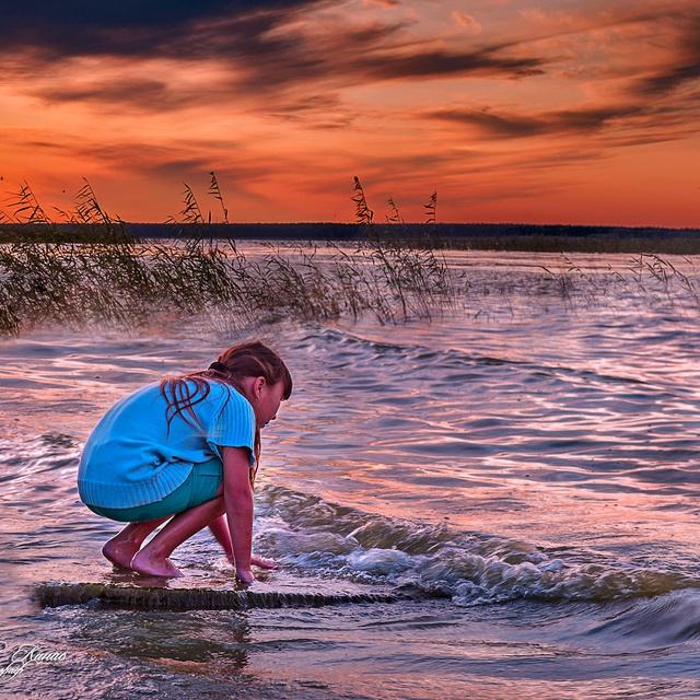 Работа : Закончен день, лучи заката,  Укладываются спать в пруду.  А в берегу, чуть улыбаясь,  Милана гладила волну...